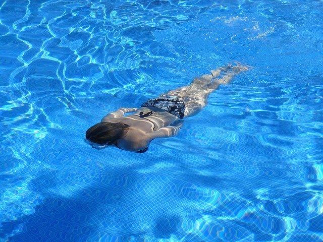 Kvinde i svømmingpool